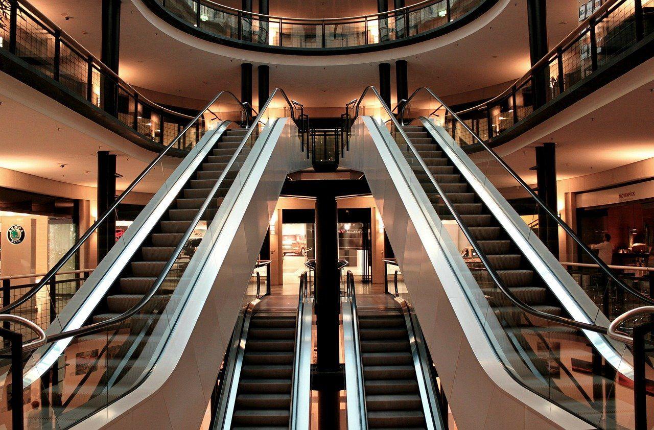 escadas rolantes de um shopping